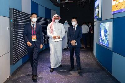 """Los líderes del pabellón chino y el representante principal del pabellón de Arabia Saudita visitaron el sistema interactivo de iluminación inteligente """"Like a Shadow by Your Side"""" de OPPLE Lighting"""
